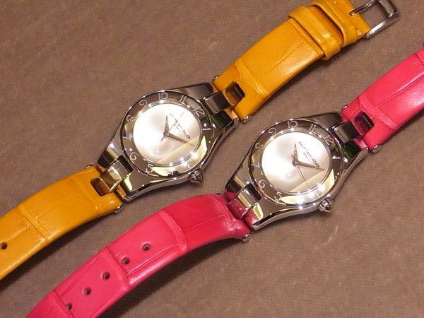鮮やかな限定カラーのストラップが印象的な、ボーム&メルシエのレディスモデル「リネアクオーツ ピンク&イエロー」。-BAUME&MERCIER -R0122888-600x450