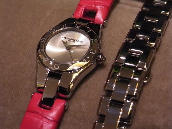 鮮やかな限定カラーのストラップが印象的な、ボーム&メルシエのレディスモデル「リネアクオーツ ピンク&イエロー」。-BAUME&MERCIER -R0122894-600x450