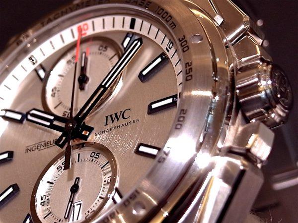 ステンレススチール製の男らしい存在感がある、IWC 「インジュニア・クロノグラフ・レーサー IW378510」。-IWC -R0122996-600x450