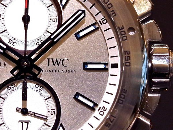 ステンレススチール製の男らしい存在感がある、IWC 「インジュニア・クロノグラフ・レーサー IW378510」。-IWC -R0122997-600x450