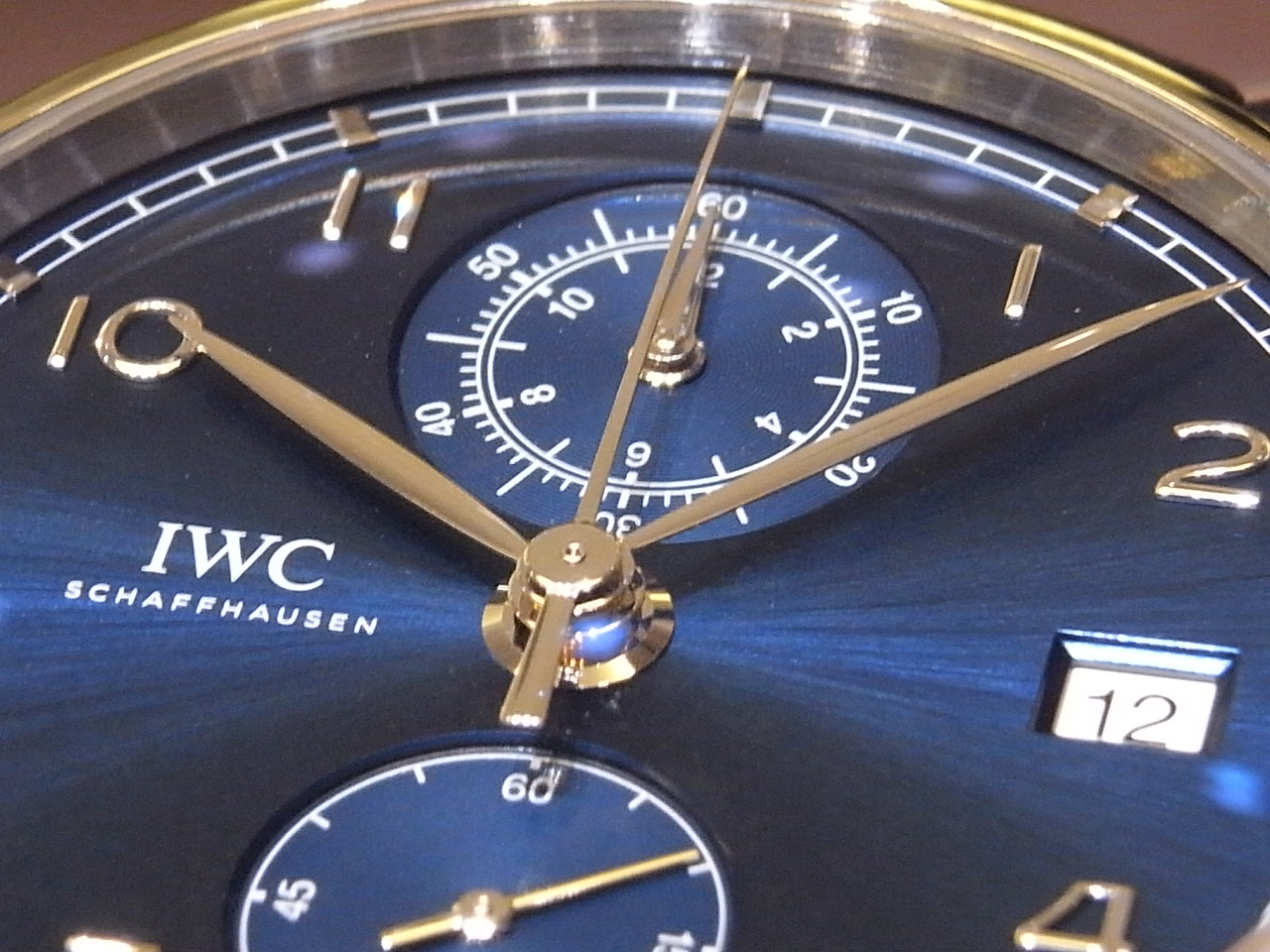 IWCの美しいブルー文字盤を採用した新作モデル「ポルトギーゼクロノグラフクラシック」が入荷しました。