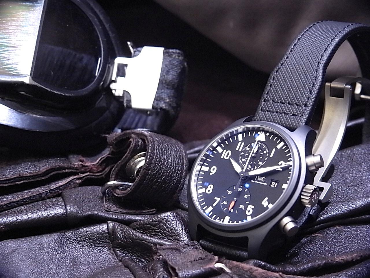 "IWCパイロットウォッチ、ブラックのコックピットデザインに、魅力的な素材の組み合わせと最新の時計技術を兼ね備える ""トップガン"" シリーズ。"