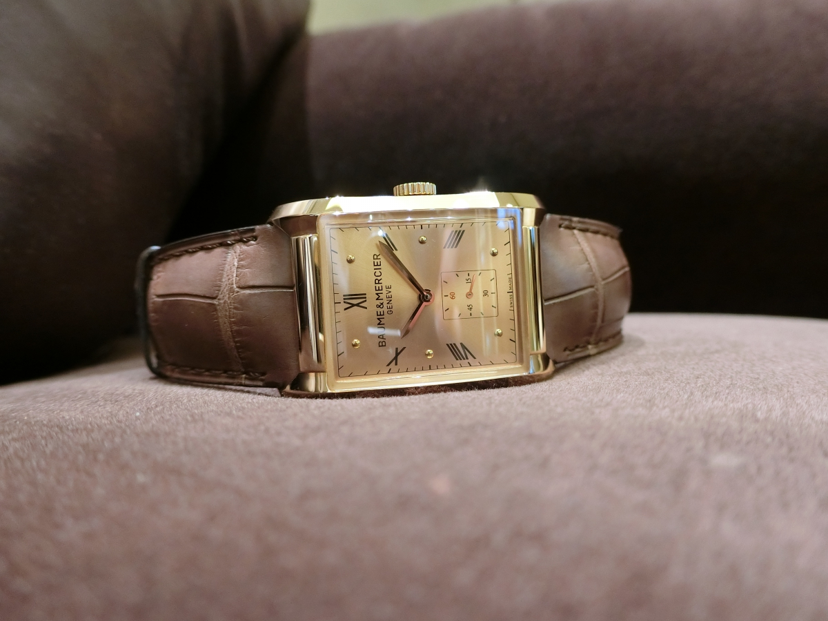 直線と曲線の組み合わせが魅力的なスクエア型時計「ハンプトン」
