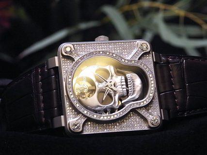 ケースとベゼルに394個のダイヤモンド!  ベル&ロス初のオートマタを採用した、希少なラッフィングスカル フルダイヤモンド