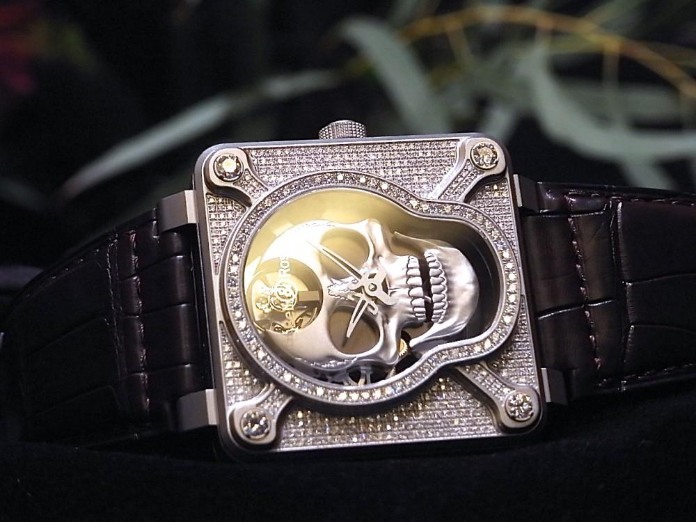 ケースとベゼルに394個のダイヤモンド!  ベル&ロス初のオートマタを採用した、希少なラッフィングスカル フルダイヤモンド-Bell&Ross -R1169836