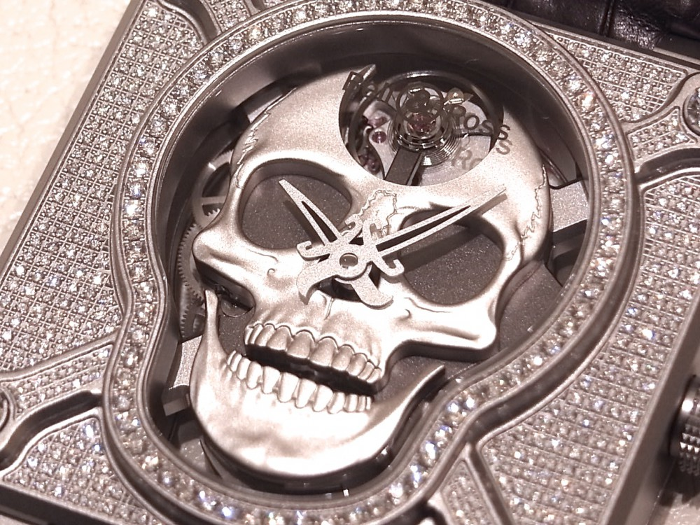 ケースとベゼルに394個のダイヤモンド!  ベル&ロス初のオートマタを採用した、希少なラッフィングスカル フルダイヤモンド-Bell&Ross -R1169840-1