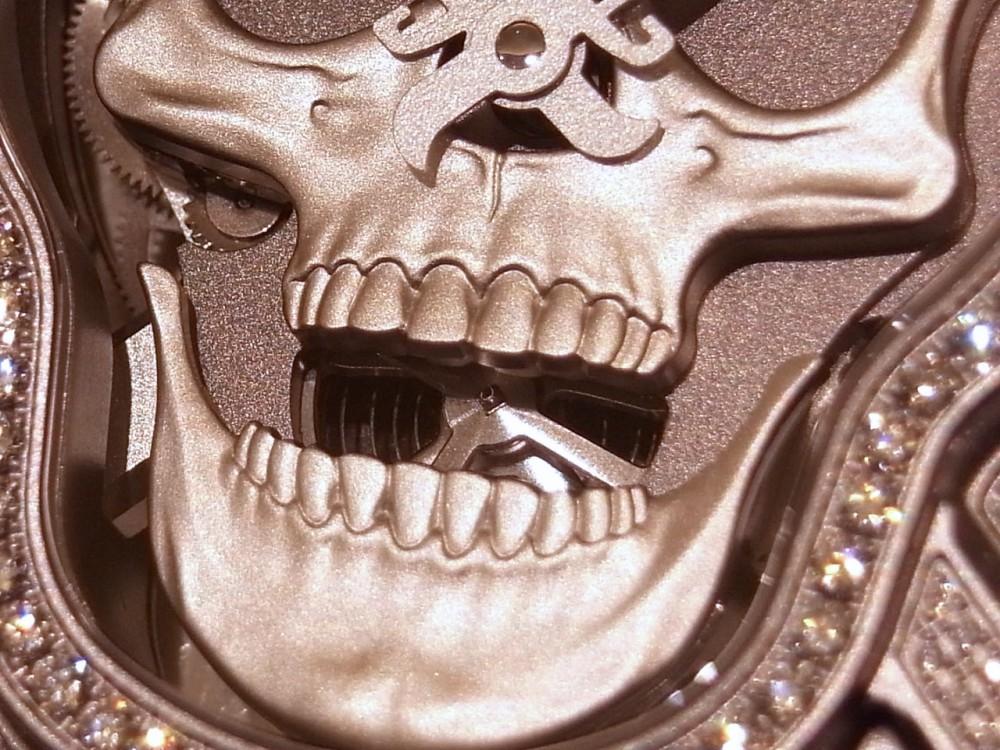 ケースとベゼルに394個のダイヤモンド!  ベル&ロス初のオートマタを採用した、希少なラッフィングスカル フルダイヤモンド-Bell&Ross -R1169841