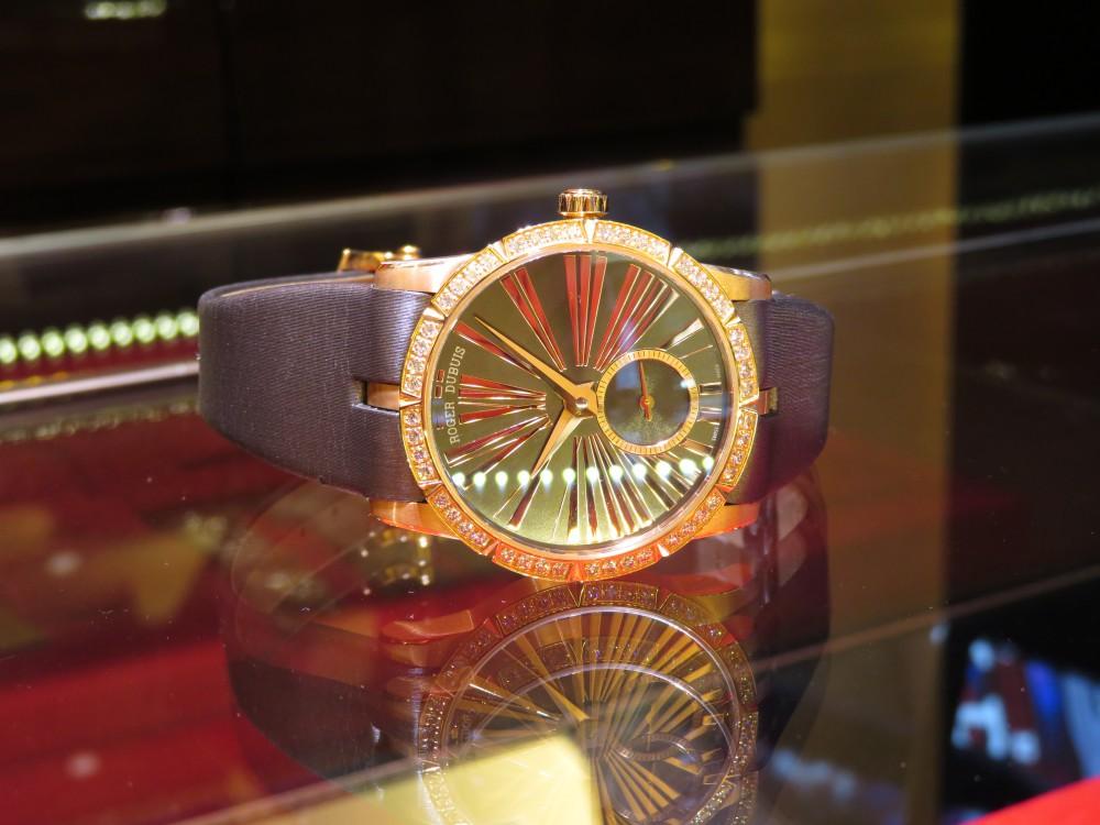 レッドゴールドケースとダイヤモンドの輝きがラグジュアリーなレディースモデル! ロジェ・デュブイ エクスカリバー36 ジュエリーモデル-ROGER DUBUIS -IMG_0587