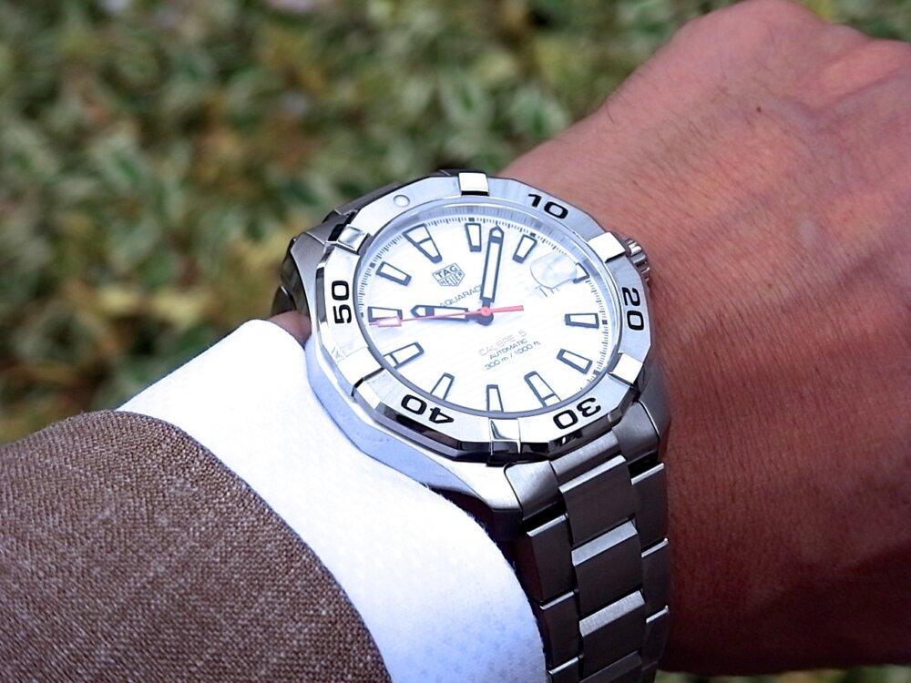【タグホイヤー】白い文字盤が爽やかな印象!夏のダイバーズ時計に「アクアレーサーキャリバー5」-TAG Heuer -R1171801