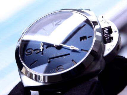 パネライ ブルー文字盤 を採用した10日間の パワーリザーブが実現した ルミノール GMT 10デイズ PAM00986