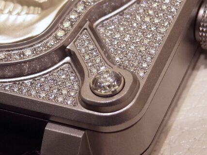 消費増税 前に手に入れる!! 394個のダイヤモンドが圧巻の、ベル&ロスの「ラッフィングスカル フルダイヤモンド」