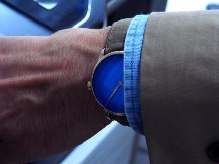 H.モーザーの「ベンチャー・コンセプト アークティックブルー」を着こなす