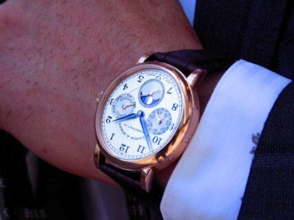 懐中時計からインスピーレーションを得た、代表的なモデル。A・ランゲ&ゾーネのクラシックモデル