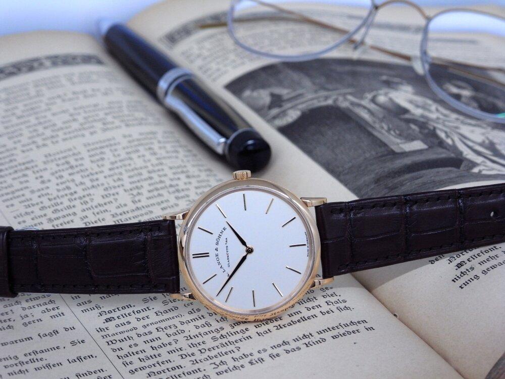 一切の無駄を省く2針のシンプルな時計、A.ランゲ&ゾーネ「サクソニア・フラッハ」-A.LANGE&SÖHNE -R1173485