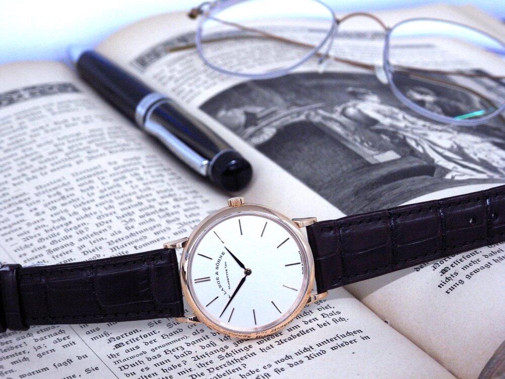 一切の無駄を省く2針のシンプルな時計、A.ランゲ&ゾーネ「サクソニア・フラッハ」-A.LANGE&SÖHNE -R1173486