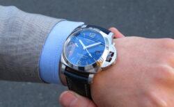 サンブラッシュ仕上げのブルー文字盤が美しい パネライ「ルミノール GMT」 PAM01033