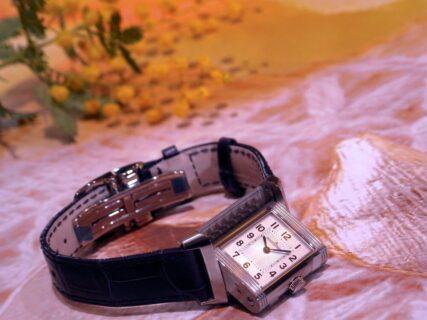 女性のために開発された2つのダイヤルを備えた傑作モデル レベルソ・クラシック・スモール・デュエット 、ジャガー・ルクルト