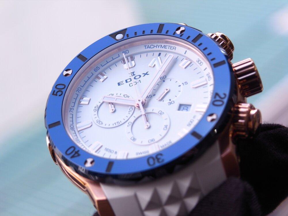 ビーチに映える白とブルーの爽やかウォッチ クロノオフショア1 クロノグラフ スペシャルエディション-EDOX -R1173836