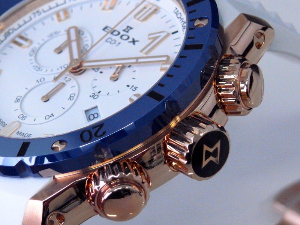 ビーチに映える白とブルーの爽やかウォッチ クロノオフショア1 クロノグラフ スペシャルエディション-EDOX -R1173843