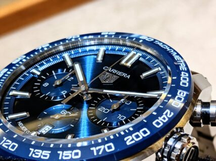 夏の腕元を飾る爽やかなブルーダイアル タグホイヤー「カレラホイヤー02スポーツクロノグラフ」