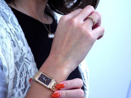 エレガントに女性の手元を照らすジャガー・ルクルト『レベルソ・ワン・デュエット・ムーン』