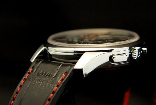 赤いグロノグラフ秒針の時計