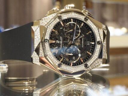 合計312個のダイヤを敷き詰めた豪華絢爛なこちらのモデル ウブロ「アエロ・フュージョン クロノグラフ オーリンスキー チタニウム オルタナティブ パヴェ」