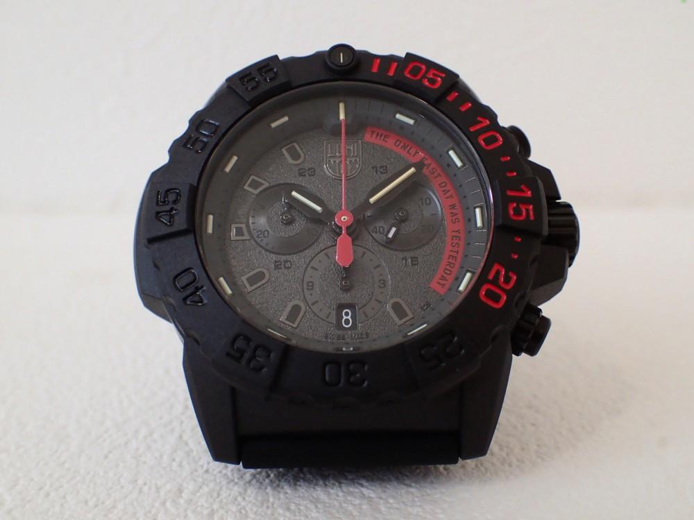 ブラックとレッドをベースにネイビーシールズのスローガンを掲げたルミノックス「3580クロノグラフ」-Luminox -P5080097