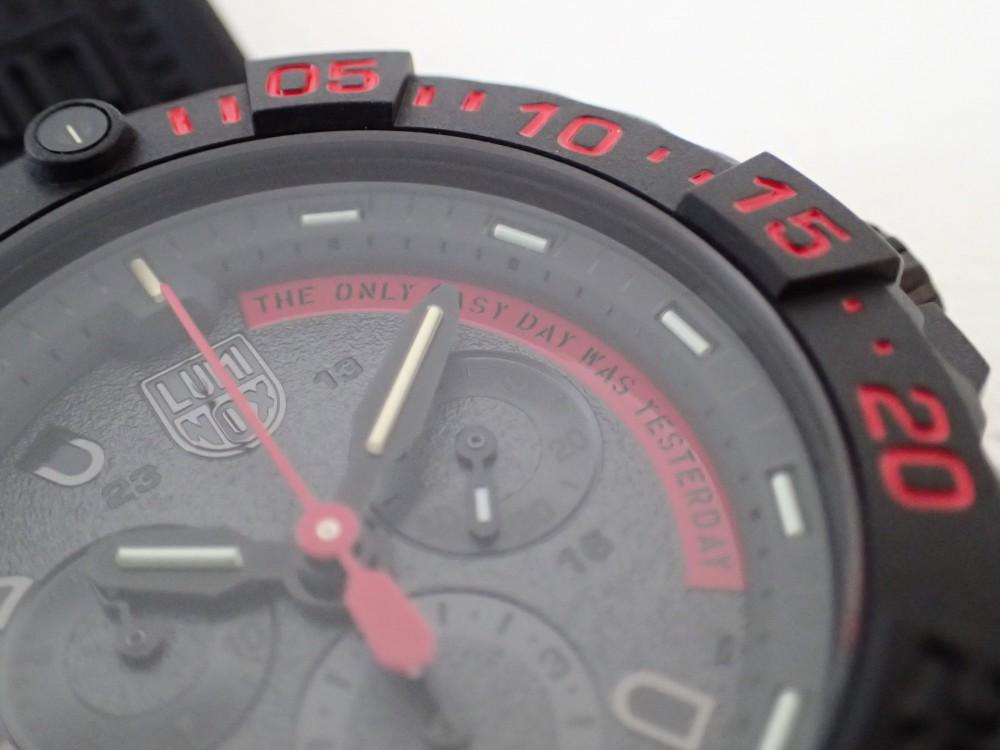 ブラックとレッドをベースにネイビーシールズのスローガンを掲げたルミノックス「3580クロノグラフ」-Luminox -P5080098