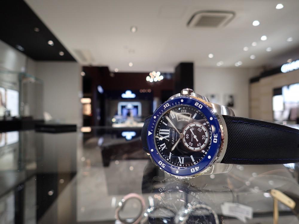 美しいブルーウォッチで脱モノトーン時計はいかがでしょうか?-Cartier -P5080111