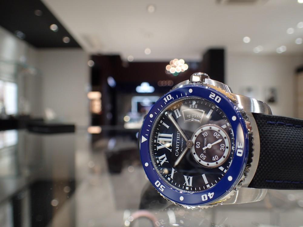 美しいブルーウォッチで脱モノトーン時計はいかがでしょうか?-Cartier -P5080114