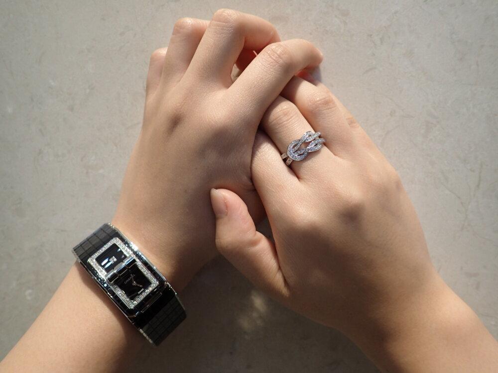 女性らしいコードココはパヴェダイヤと相性バツグン シャネルコードココ×フレッド-CHANEL -P7230855