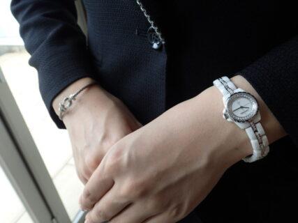 フェミニンなJ12とフレッドのダイヤコーデで大人カワイイ腕元を演出