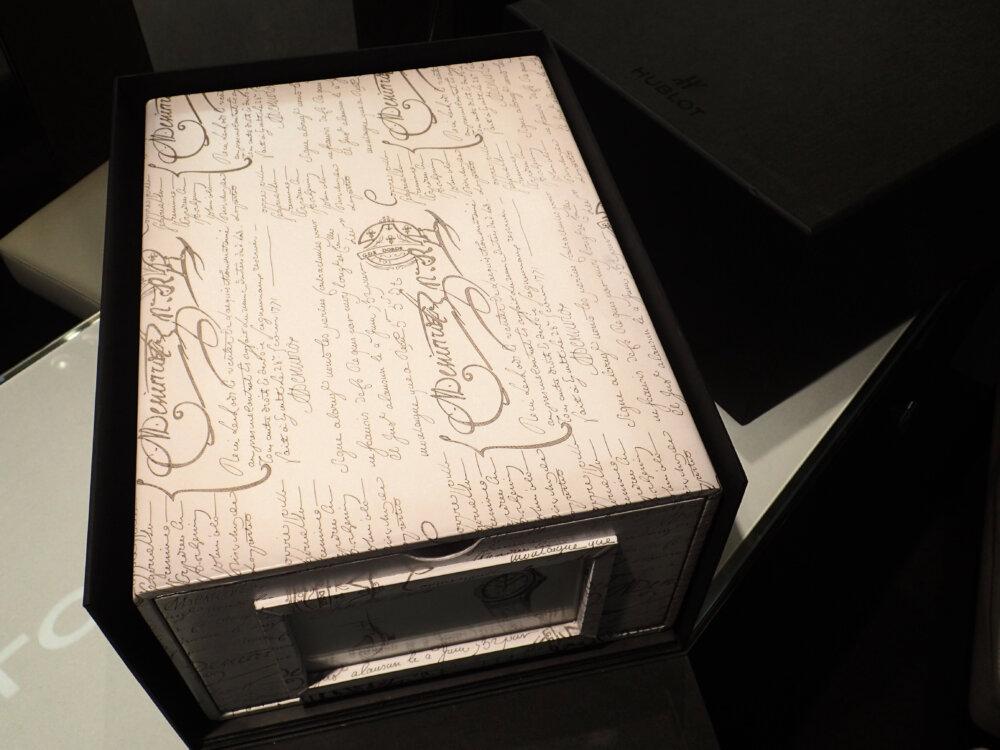ウブロとベルルッティが融合した3針ホワイトカラーの日本限定モデルはBOXまで豪華な仕様だった-HUBLOT -PA042478