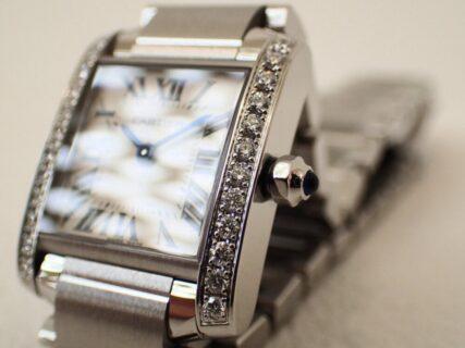 ダイヤモンドがセットされていても定番?カルティエの定番モデル「タンクフランセーズ」