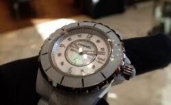シャネル J12 ホワイトの時計は夏時計?寒い時こそホワイトの時計を腕元に